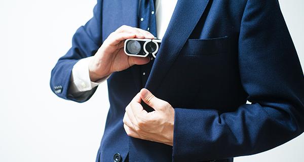 双眼鏡を持つ人
